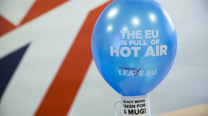 """Brexit: Brexit-Befürworter machen vor dem Referendum mit Kaffeetassen Stimmung, die die EU als """"heiße Luft"""" bezeichnen. Junge Briten in Deutschland fürchten den Brexit dagegen."""