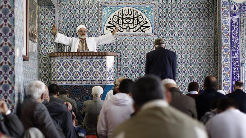 Ein Imam predigt in Hamburg.