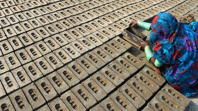 Sklaverei: Moderne Sklaverei: EModerne Sklaverei: Eine in Schuldknechtschaft lebende Arbeiterin in einer pakistanischen Ziegelfabrik, aufgenommen im November 2014.