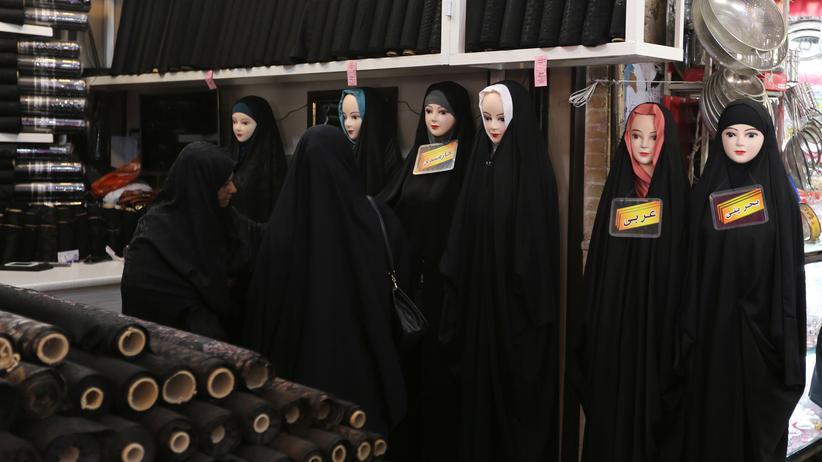 """Instagram: Zwei Frauen auf einem Markt im Iran: Gegen """"unislamische Taten"""" hilft ein Tschador."""