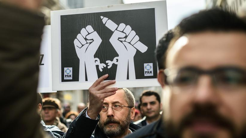 Journalisten demonstrieren in Istanbul für Pressefreiheit und gegen die Verhaftung von Kollegen durch den türkischen Staat im Januar 2016.