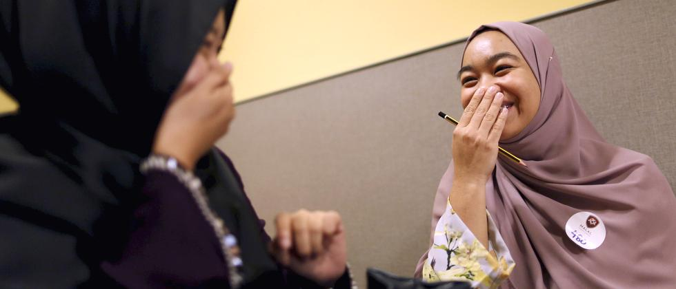 Zwei Frauen in Malaysia beim Halal Speed Dating