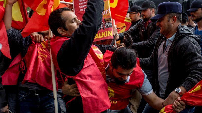 Istanbul: Türkische Polizei setzt Tränengas bei Mai-Protesten ein