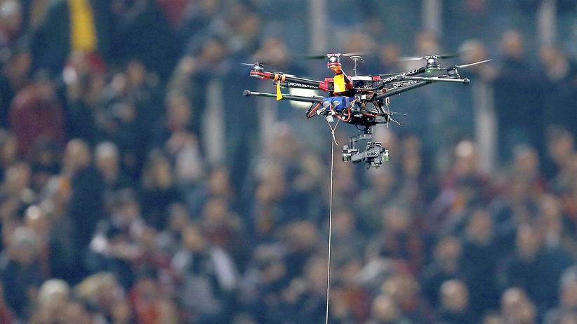 Veranstalter und Sicherheitskräfte wappnen sich gegen Angriffe mit Drohnen in Stadien.