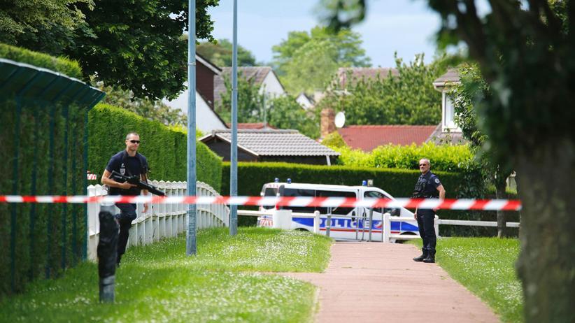 Frankreich: Französische Polizisten am Tatort in Magnanville nahe Paris