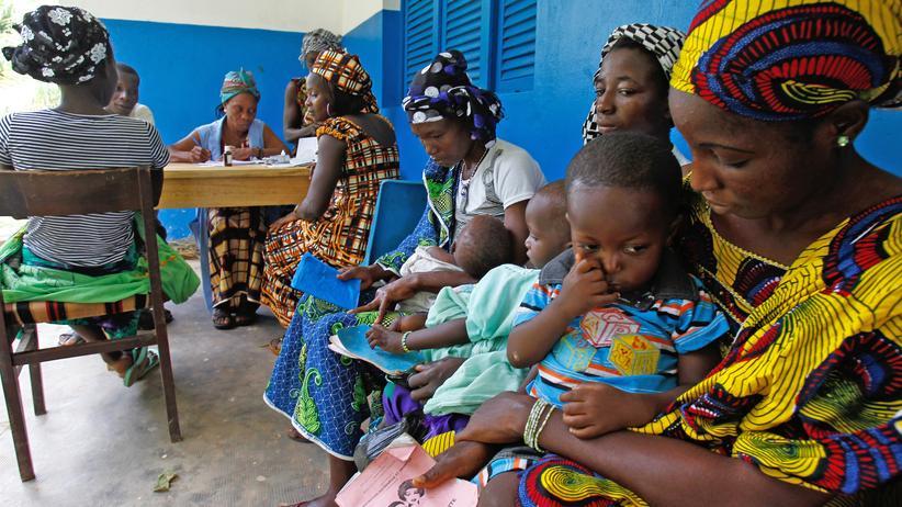 Unicef: Mütter mit Kindern warten auf medizinische Untersuchung in einem Dorf im Westen der Elfenbeinküste.