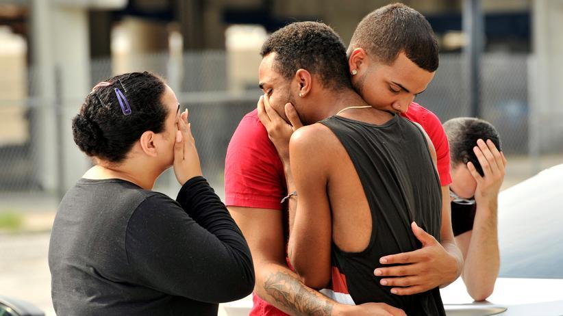 Orlando: Angehörige warten vor der Polizeizentrale von Orlando