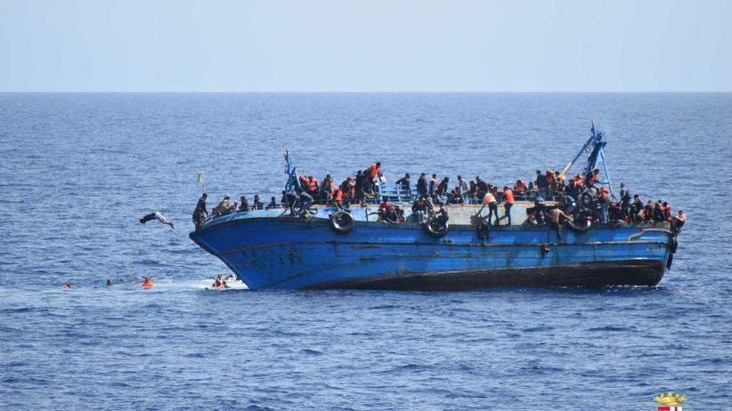 Flüchtlinge : Migranten in einem überfüllten Boot auf dem Mittelmeer