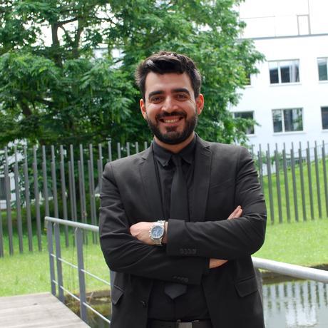 Ahmed al-Basheer vor dem Kongresszentrum in Bonn