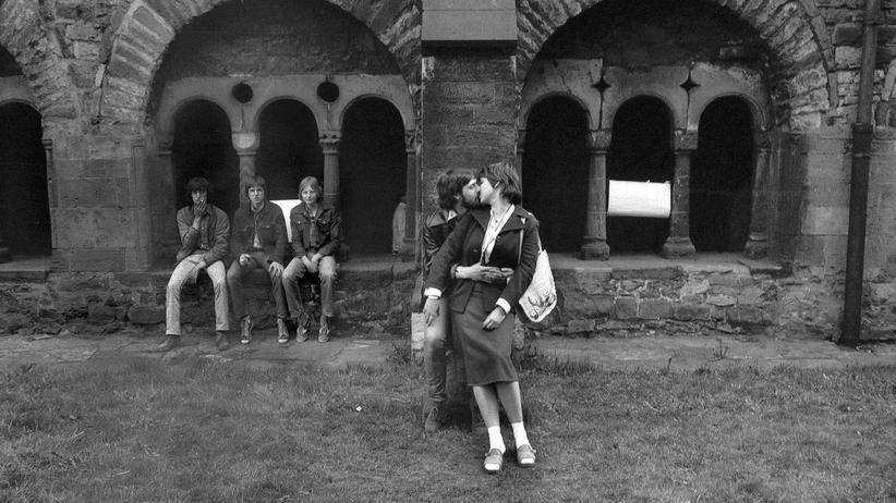 Kirche in der DDR: Jugendliche im Kreuzganghof bei der ökumenischen Gebetsstunde im Magdeburger Dom, 1982