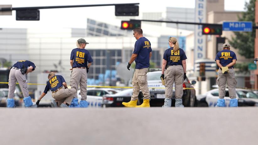 USA: FBI-Beamte sichern Beweismaterial am Tatort in Dallas.