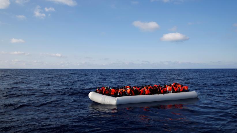 Flüchtlinge: Flüchtlingsboot im Mittelmeer