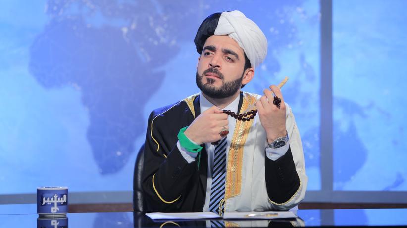 Ahmed al-Basheer macht sich in seiner Sendung darüber lustig, wie die Religion in der Politik benutzt wird.