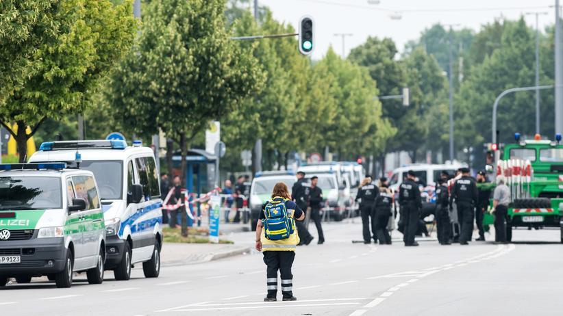 Schüsse in München: Polizeiautos stehen am Samstag, 23. Juli 2016, vor einem Schnellrestaurant in München, wo der mutmaßliche Täter die ersten Schüsse abfeuerte.