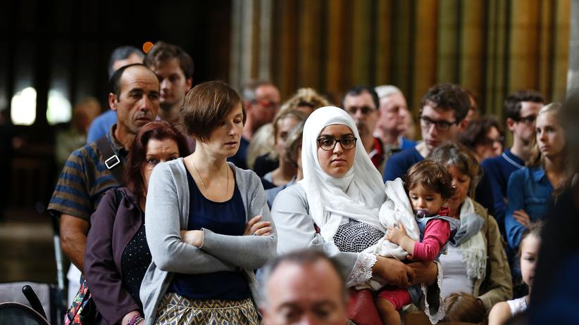 Rouen: Eine Muslimin mit Kind bei dem Trauergottesdienst in der Kathedrale von Rouen.