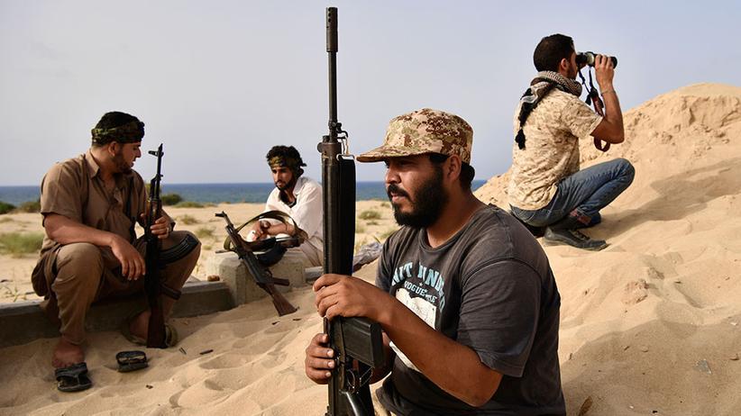 Islamischer Staat: Kämpfer, die loyal zur nationalen libyschen Einheitsregierung stehen, beobachten Stellungen des IS in Sirte vor dem nächsten Angriff