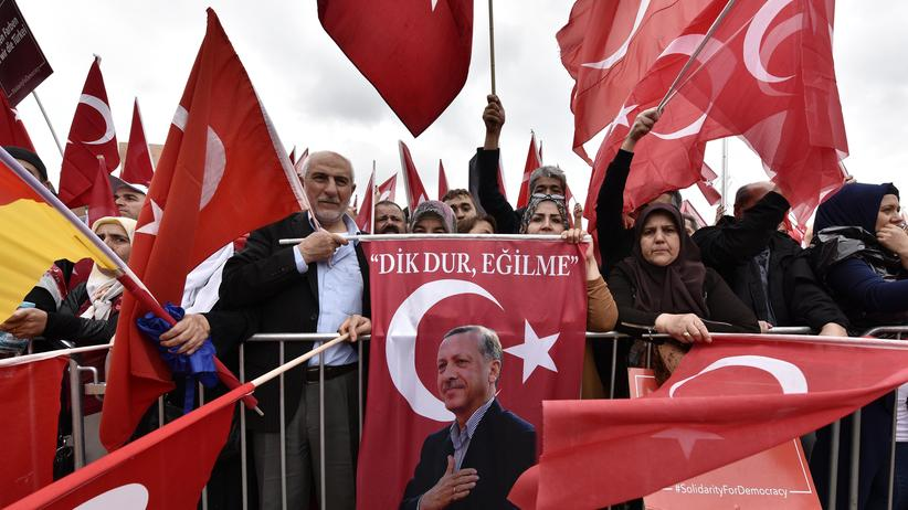 Köln: Anhänger des türkischen Präsidenten Recep Tayyip Erdoğan bei der Demonstration in Köln am 31. Juli 2016