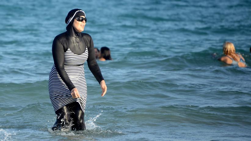 Frankreich: Eine Tunesierin badet im Burkini.