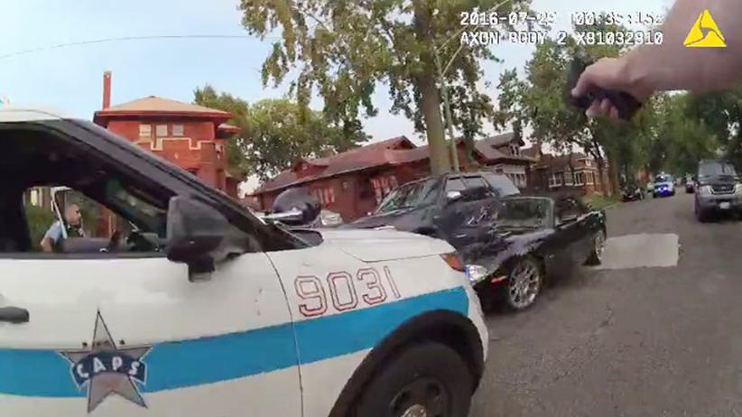 Chicago: Die Körperkamera zeigt, wie ein Polizist auf ein fahrendes Auto schießt. © Chicago Police Department/Handout via Reuters ()