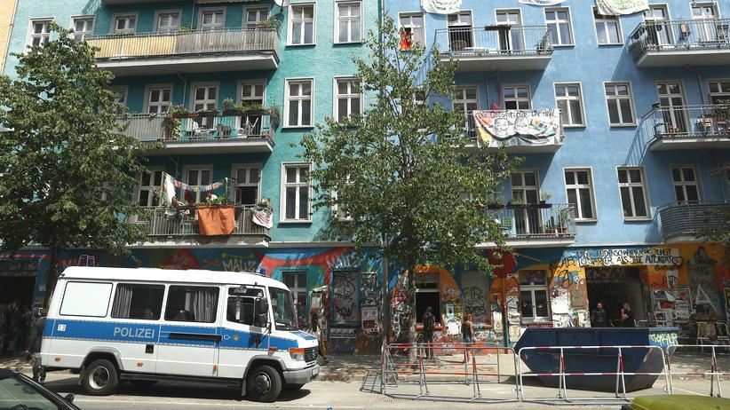 Rigaer Straße: Ein Mannschaftswagen der Polizei in der Rigaer Straße, vor der umstrittenen Nummer 94 stehen Absperrgitter – so sah die Straße nach der Räumung im Juni bis zum Abzug von Polizei und Bauarbeitern drei Wochen später aus.