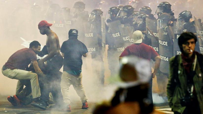 Ein Demonstrant liegt nach Schüssen im Krankenhaus.