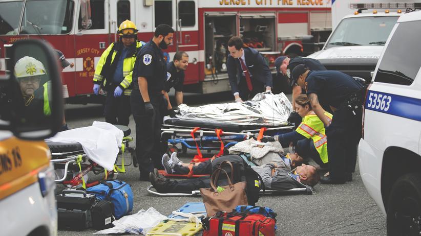 Zugunglück: Eine Tote und viele Verletzte bei Zugunglück in New Jersey