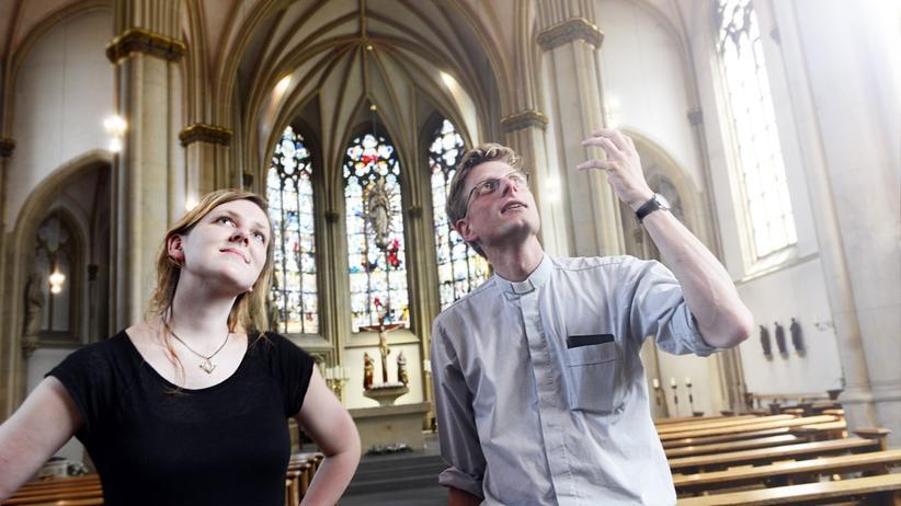 Priester: Valerie Schönian und Priester Franziskus von Boeselager