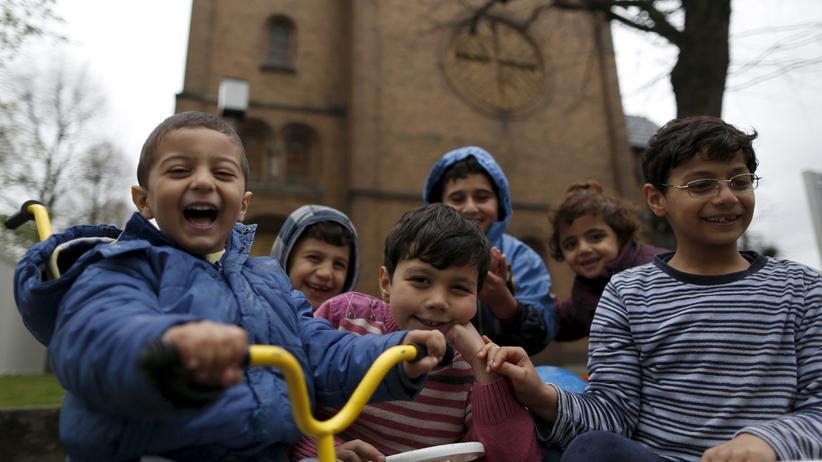 Flüchtlinge: Flüchtlingskinder aus Syrien vor einer Kirche in Oberhausen