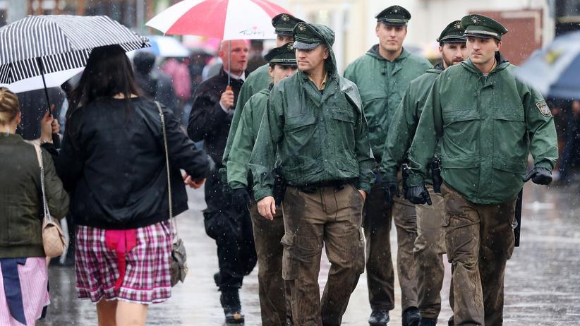 Oktoberfest: Auf der Wiesn wird kontrolliert: Eine Gruppe Polizisten läuft über das Oktoberfestgelände in München.