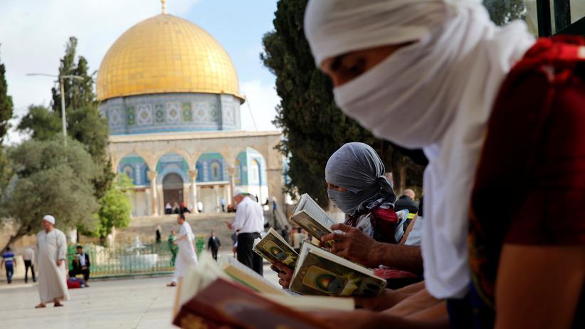 Tempelberg: Vor dem Felsendom lesen vermummte Palästinenser den Koran: Wem gehört der Tempelberg?