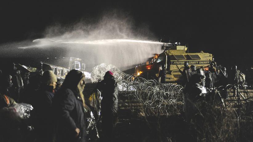 Dakota Access Pipeline: Mit Wasserwerfern ging die Polizei gegen die Demonstranten vor.