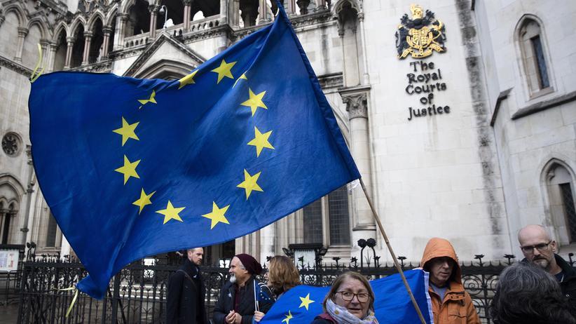 Europäische Union: Brexit-Gegner mit EU-Flagge vor dem Justizpalast in London. Der High Court entschied am Donnerstag, dass das britische Parlament über den Brexit mitentscheiden muss - neue Unsicherheit für die EU.