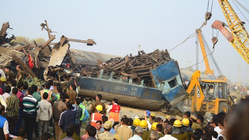 Indien: Der entgleiste Zug  in der Nähe des Dorfes Pukhrayan im Norden des Landes