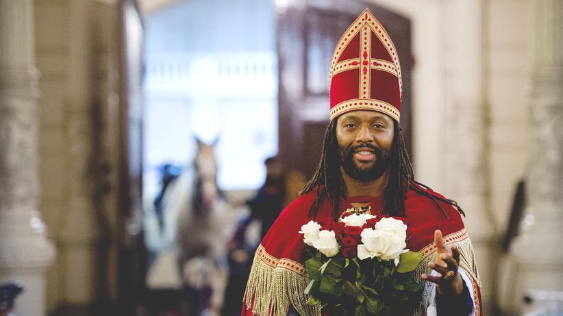 """Niederlande: Aus Protest gegen den """"Zwarte Piet"""" hat sich der niederländische Schauspieler Patrick Mathurin als Nikolaus verkleidet."""