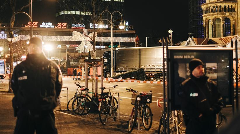 Berliner Weihnachtsmarkt: Polizisten in der Nacht zu Dienstag vor der Gedächtniskirche in Berlin