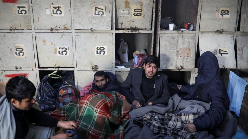 Migranten übernachten in einem alten Lagerhaus in Belgrad - Tausende sind in Serbien gestrandet und hoffen auf einen Weg in die EU