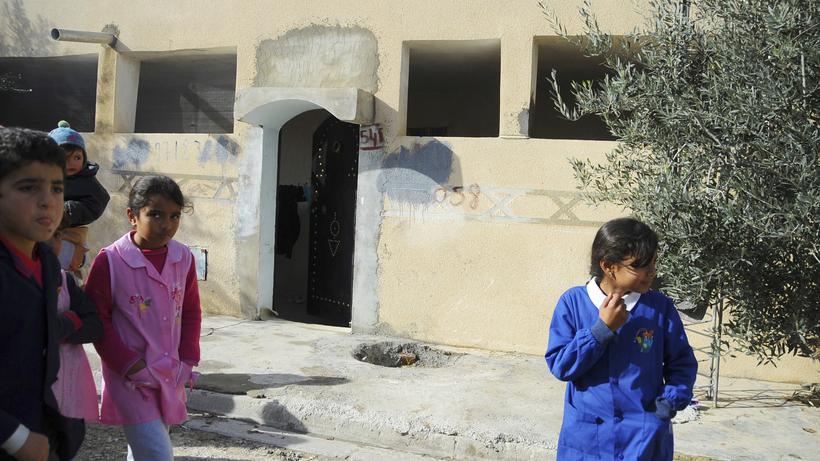 Tunesien: Kinder Vor Dem Haus Eines Verwandten Des Tatverdächtigen Des  Berliner Anschlags Im Tunesischen Oueslatia