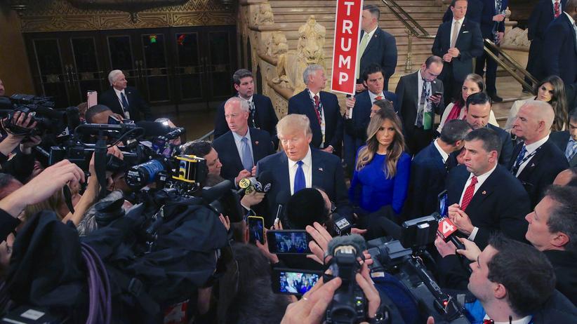 US-Medien: Donald Trump unter Journalisten in Michigan (Archivbild)