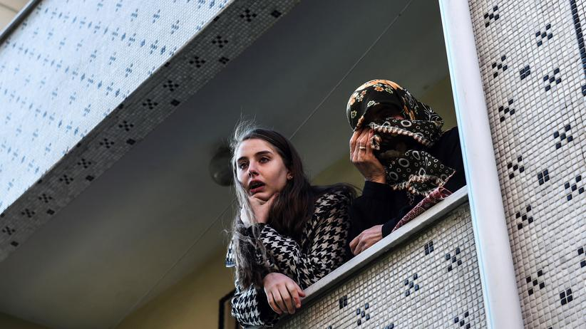 Anschlag in Istanbul: Angehörige des Sicherheitsmanns Fatih Çakmak während seiner Beerdigung