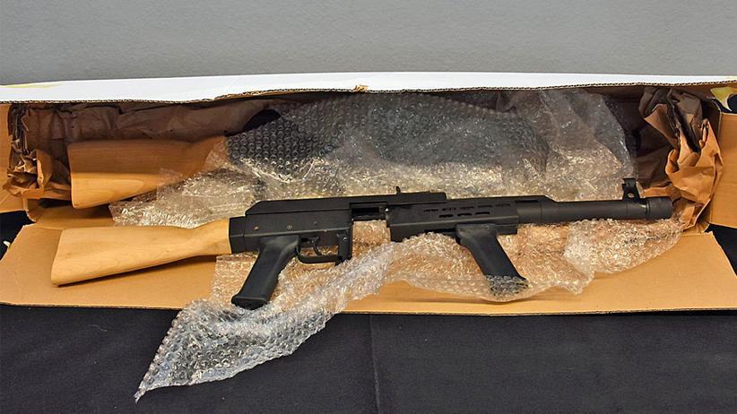 """Illegale Waffen: Sichergestellte Nachbauten einer Kalaschnikow, die von """"Migrantenschreck"""" für 750 Euro vertrieben werden."""