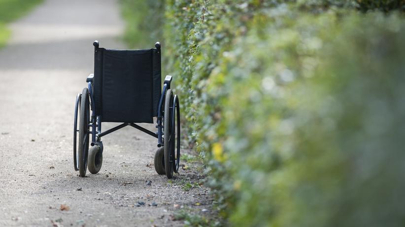 Gewalt in der Pflege: Die Zahl der Alten und Pflegebedürftigen wächst, aber es gibt nicht genug Pflegekräfte.