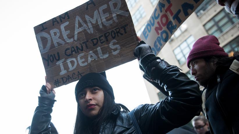 """Illegale Einwanderer in den USA: """"Ich bin eine Träumerin, ihr könnt keine Ideale deportieren"""" hat diese New Yorker Demonstrantin auf ihr Schild geschrieben."""