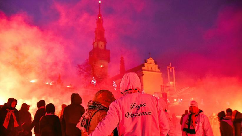 Polen: Polnische Fußballfans verwandeln den Marienort Tschenstochau bei ihrer Wallfahrt im Januar 2017 in eine Art Stadion.