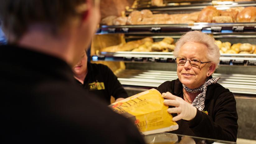 Rente: Heide Steenbock steht jeden Tag in der Bäckerei. Sie verdient 8,50 Euro die Stunde.