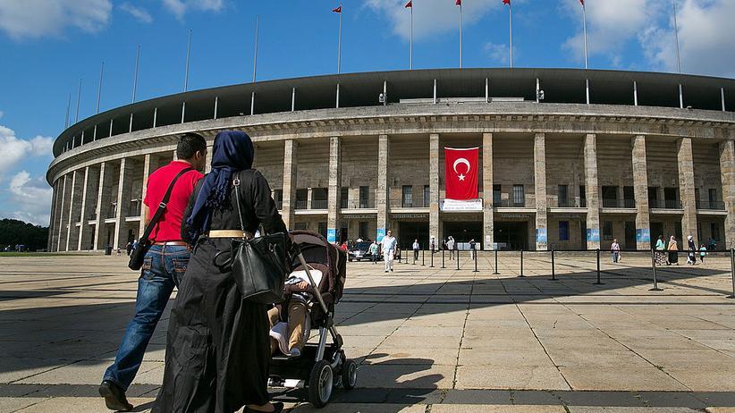 Türkischer Geheimdienst: Eine deutsch-türkische Familie auf dem Weg zur Abstimmung im türkischen Verfassungsreferendum am Berliner Olympiastadion