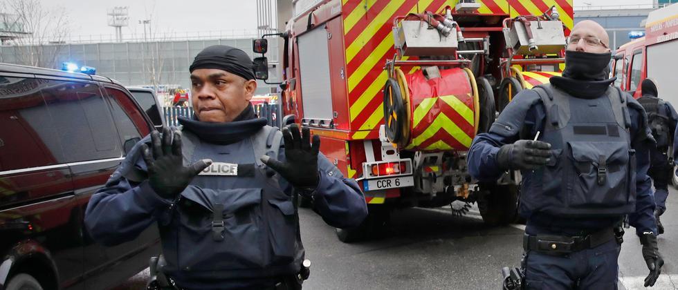 Polizisten am Flughafen Paris-Orly nach dem Vorfall am Samstag