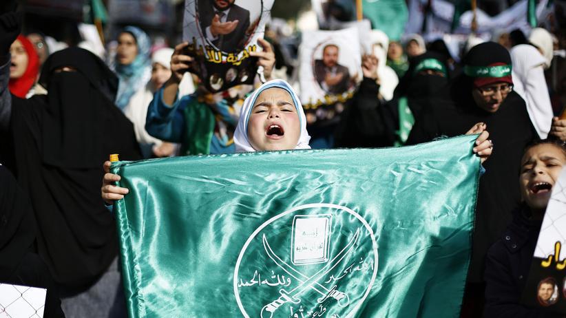 Jordanien: In Amman, Jordanien, trägt ein Mädchen die Flagge der Muslimbruderschaft.