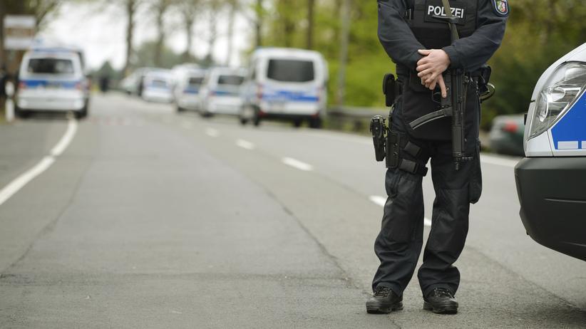 Dortmund: Polizisten sichern das Gelände rund um den Anschlagsort in Dortmund.