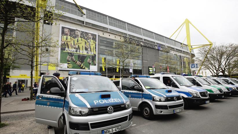Anschlag auf BVB-Bus: Polizeiwagen vor dem Dortmunder Stadion am Tag nach dem Anschlag
