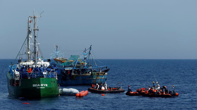 Jugend Rettet: Schiffe der Organisationen Sea Eye, Moas und Jugend Rettet sowie ein tunesisches Fischerboot retten am Ostersonntag Migranten vor der libyschen Küste aus dem Mittelmeer.